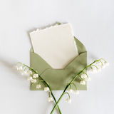 Carta vuota del cartone con i fiori e una busta Fotografie Stock Libere da Diritti