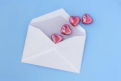 Carta y corazones de amor Imágenes de archivo libres de regalías