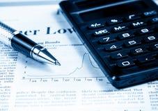 Carta y gráfico cerca de la pluma y calculadora financieros, concepto de negocio Fotos de archivo
