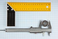 Cartabón y calibrador con el cojinete fotos de archivo libres de regalías