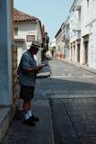 Cartagena/Колумбия - 19-ОЕ МАРТА 2016: человек проверяя карту на улице в исторической части города стоковые фотографии rf