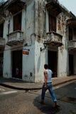 Cartagena/Colombia - 19 BRENGEN 2016 in de war: mens die op de straat in het historische deel van de stad lopen stock foto