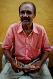 Cartagena/Colombia - 19 BRENGEN 2016 in de war: straatkunstenaar die een kleine zeilboot voor verkoop snijden bij de oude stad vo royalty-vrije stock fotografie