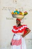Den Palenquera kvinnan säljer frukter på plazaen Santo Domingo Royaltyfri Bild