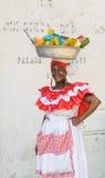 CARTAGENA COLOMBIA - December, 02: Frukt för Palenquera kvinnaförsäljningar Arkivfoto