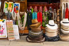 CARTAGENA, COLOMBIA - OKTOBER, 27, 2017: Sluit omhoog van gekleurde Columbiaanse hoeden en ambachten in een openbare markt binnen Stock Afbeeldingen
