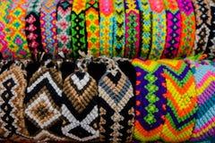 CARTAGENA, COLOMBIA - OKTOBER, 27, 2017: Sluit pf omhoog gekleurde Columbiaanse handcuffs in een openbare markt in Cartagena Stock Fotografie