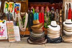 CARTAGENA COLOMBIA - OKTOBER, 27, 2017: Stäng sig upp av kulöra colombianska hattar och hemslöjder i en offentlig marknad in Arkivbilder