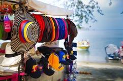 CARTAGENA KOLUMBIA, PAŹDZIERNIK, -, 27, 2017: Zamyka up barwioni kolumbijscy kapelusze w jawnym rynku wśrodku fury wewnątrz Zdjęcia Stock