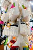 CARTAGENA KOLUMBIA, PAŹDZIERNIK, -, 27, 2017: Zamyka up piękne białe kolumbijskie torby w jawnym rynku w Cartagena Zdjęcie Royalty Free