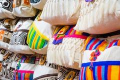 CARTAGENA KOLUMBIA, PAŹDZIERNIK, -, 27, 2017: Zamyka up piękne białe kolumbijskie torby w jawnym rynku w Cartagena Obraz Stock