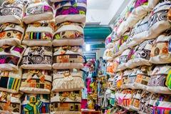 CARTAGENA KOLUMBIA, PAŹDZIERNIK, -, 27, 2017: Zamyka up piękne kolumbijskie torby w jawnym rynku w Cartagena Obraz Stock