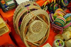 CARTAGENA KOLUMBIA, PAŹDZIERNIK, -, 27, 2017: Zamyka up piękni rękodzieła w jawnym rynku w Cartagena Obraz Stock