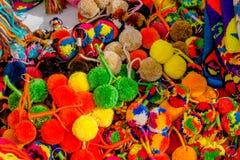 CARTAGENA KOLUMBIA, PAŹDZIERNIK, -, 27, 2017: Zamyka w górę pf barwiącego kolumbijskiego keychain robić whool w jawnym rynku wewn Fotografia Royalty Free