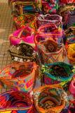CARTAGENA KOLUMBIA, PAŹDZIERNIK, -, 27, 2017: Zamyka up barwione kolumbijskie torby w jawnym rynku w Cartagena Fotografia Royalty Free