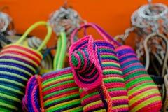 CARTAGENA KOLUMBIA, PAŹDZIERNIK, -, 27, 2017: Zamyka up barwione kolumbijskie torby w jawnym rynku w Cartagena Obrazy Stock