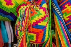 CARTAGENA KOLUMBIA, PAŹDZIERNIK, -, 27, 2017: Zamyka up barwione kolumbijskie torby w jawnym rynku w Cartagena Obraz Royalty Free