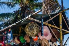 CARTAGENA KOLUMBIA, PAŹDZIERNIK, -, 27, 2017: Zamyka up barwioni kolumbijscy kapelusze przy ooutdoor, w jawnym rynku w Cartagena Zdjęcia Royalty Free
