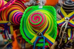 CARTAGENA KOLUMBIA, PAŹDZIERNIK, -, 27, 2017: Zamyka up barwioni kolumbijscy kapelusze w jawnym rynku w Cartagena Fotografia Stock