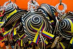 CARTAGENA KOLUMBIA, PAŹDZIERNIK, -, 27, 2017: Zamyka up barwioni kolumbijscy kapelusze w jawnym rynku w Cartagena Obraz Stock