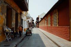 Cartagena/Kolumbien - 19. MÄRZ 2016: typisches Straßenbild am historischen Stadtteil stockfotografie
