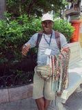Cartagena, Kolumbien am 19. November 2010/A lokaler Mann, der sein h verkauft lizenzfreies stockfoto