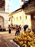 Cartagena, Kolumbien am 19. November 2010/Straßenhändler des Lebensmittels herein stockfotos