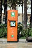 Cartagena, Murcia, Spanien - 1. August 2018: Ein öffentlich zugänglicher Defibrillator oder AED, in einer sonnigen spanischen Str stockfotos