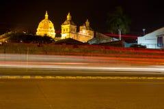 Cartagena na noite com Santo Domingo Church Imagens de Stock Royalty Free