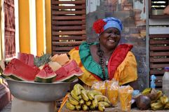 CARTAGINE, COLOMBIA - 30 LUGLIO: La donna di Palenquera vende la frutta il 30 luglio 2016 a Cartagine, Colombia Palenqueras è un  immagini stock