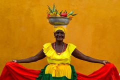 CARTAGINE DE INDIAS, COLOMBIA - 27 luglio 2017: La bella donna sorridente che indossa la vendita tradizionale del costume fruttif fotografie stock