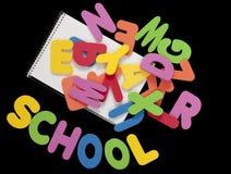 Cartas coloridas del alfabeto con la escuela de la palabra Foto de archivo