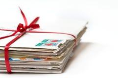 Cartas de amor atadas con una cinta roja Foto de archivo libre de regalías