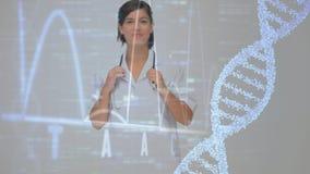 Cartas de la molécula y de los datos de la DNA en una pantalla negra con un doctor de sexo femenino que sonríe en el primero plan