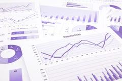 Cartas de negócio, gráficos, dados roxos e relatório resumindo para trás Foto de Stock