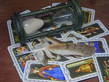 Cartas de tarot abiertas con las plumas y reloj de arena salvajes del búho imagenes de archivo