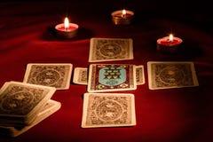 Cartas de tarot en la tabla imagen de archivo