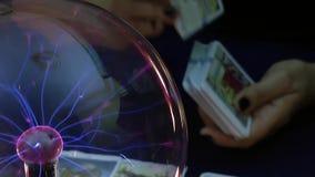 Cartas de tarot místicas que leen futuro almacen de video
