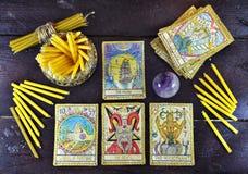 Cartas de tarot viejas, cristal mágico y velas Fotografía de archivo libre de regalías