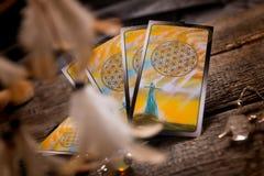 Cartas de tarot y otros accesorios Imágenes de archivo libres de regalías