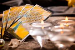 Cartas de tarot y otros accesorios Fotografía de archivo libre de regalías