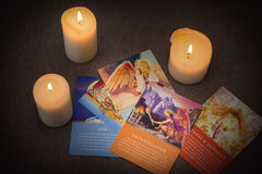 Cartas de tarot y velas ardientes Fotografía de archivo