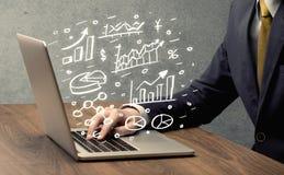 Cartas do desenho do homem de negócio com portátil Foto de Stock