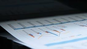 Cartas do relatório comercial e do investimento vídeos de arquivo