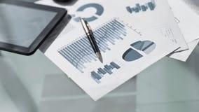 Cartas e gráficos financeiros na tabela fotografia de stock royalty free