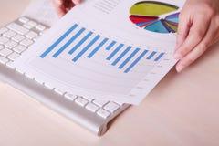 Cartas e gráficos financeiros na tabela Imagem de Stock Royalty Free