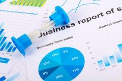 Cartas e gráficos financeiros Relatório de vendas no papel Fotos de Stock Royalty Free