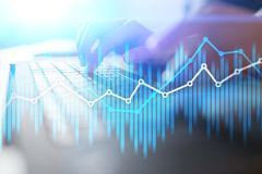 Cartas económicas y gráficos de la exposición doble en la pantalla virtual Comercio, concepto en línea del negocio y de las finan imagen de archivo