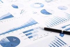 Cartas, gráficos, datos e informes azules Imagenes de archivo