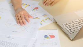 Cartas, gráficos e caderno de papel financeiros na tabela Fotos de Stock